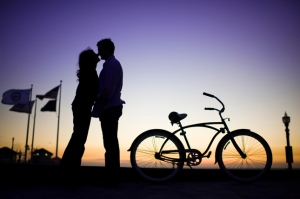 engagement-session-sunset-silhoutte-bikes
